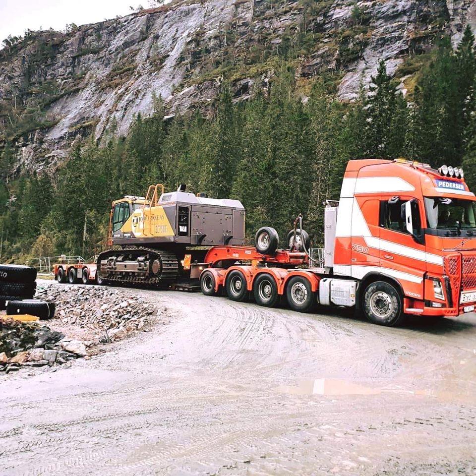 På flyttefot med en av Tore Løkke A/S sine maskiner. Her en EC750 på tur ut til trøndelagskysten (Pedersen Transport A/S).